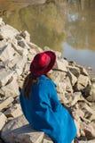 Flickan i det blåa laget på stenarna Arkivfoton