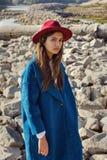 Flickan i det blåa laget på stenarna Arkivbild