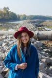 Flickan i det blåa laget på stenarna Royaltyfria Bilder