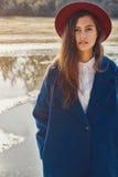 Flickan i det blåa laget på stenarna Royaltyfria Foton
