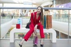 Flickan i det röda omslaget Arkivbilder