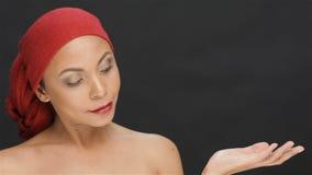 Flickan i det röda utrymmet för halsdukvisningkopia stock video