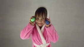 Flickan i dräkten av påskkaninen arkivfilmer