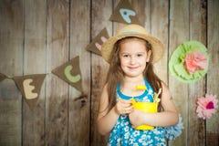 Flickan i easter dekorerade studion fotografering för bildbyråer