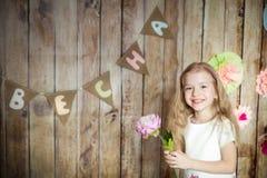 Flickan i easter dekorerade studion arkivfoto