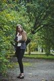 Flickan i eftertänksam förväntan Fotografering för Bildbyråer