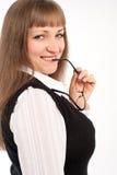 Flickan i en affär passar Royaltyfria Bilder