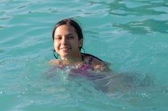 Flickan i en baddräkt i vattnet parkerar arkivbilder