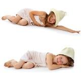 Flickan i en badninghandduk och ett lock Royaltyfria Bilder