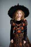 Flickan i en dräkt för allhelgonaafton Royaltyfri Fotografi