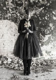 Flickan i en gasmask Hotet av ekologi arkivfoton