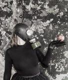 Flickan i en gasmask Hotet av ekologi royaltyfri bild
