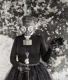 Flickan i en gasmask Hotet av ekologi royaltyfria bilder