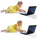 Flickan i en gul klänning på datoren Royaltyfri Fotografi