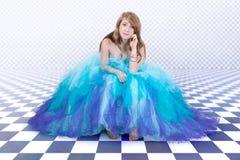 Flickan i en härlig blått festar klänningen arkivfoton