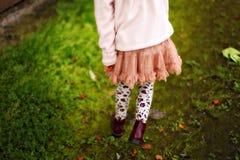 Flickan i en kjol går royaltyfri bild
