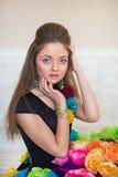 Flickan i en klänning från blommor Royaltyfria Bilder