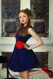 Flickan i en klänning i ärtor Arkivfoton