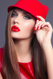 Flickan i en röd klänning Flicka i en röd hatt Royaltyfri Bild