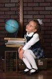 Flickan i en skolalikformig Arkivbilder