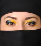 Flickan i en svart yashmak Royaltyfri Fotografi