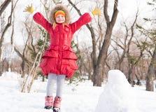 Flickan i en vinter parkerar royaltyfria foton
