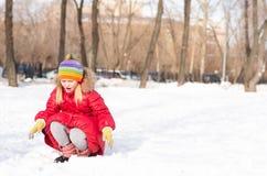 Flickan i en vinter parkerar fotografering för bildbyråer
