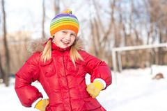 Flickan i en vinter parkerar arkivfoton