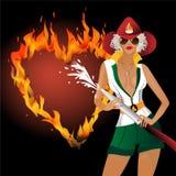 Flickan i enhetlig brand släcker brinnande hjärta Arkivfoto