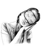 Flickan i enskjorta med flätade trådar på hennes huvud och en maskering för att sova Arkivfoto