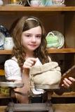 Flickan i ett antikt shoppar Arkivbilder
