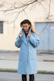 Flickan i ett blått lag rymmer kragen i staden royaltyfri bild