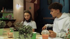 Flickan i ett kafé läser ut högt ett intressant ögonblick från fiktionboken, och hennes vän passerar ett saftigt äpple till en vä stock video