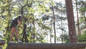 Flickan i ett rep parkerar lager videofilmer
