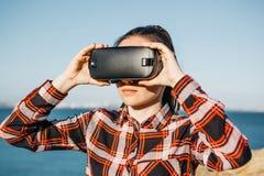 Flickan i exponeringsglas av en virtuell verklighet royaltyfria bilder