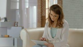 Flickan i exponeringsglas som meddelar i samkväm, knyter kontakt på minnestavlaPC stock video