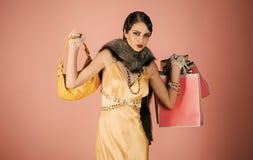 Flickan i gul klänning, boaen med påsen och gåvan packar royaltyfri bild