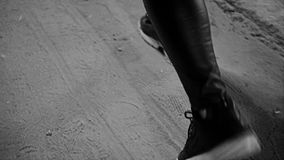 Flickan i gymnastikskor på hans fot är på en grusväg Uppvisning av stor fot, medan flytta sig lager videofilmer