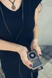 Flickan i händerna rymmer spelaren Fotografering för Bildbyråer