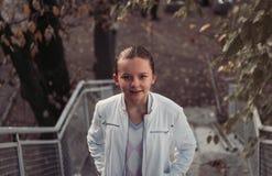 Flickan i höst parkerar Royaltyfria Foton