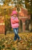 Flickan i höst parkerar Fotografering för Bildbyråer