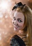 Flickan i hatt med skyler Royaltyfri Foto