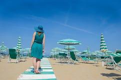 Flickan i hatt står med henne tillbaka på sjösidabanan Arkivfoton