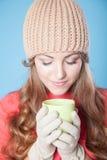 Flickan i hatten fryste och dricka varmt te Fotografering för Bildbyråer