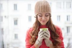 Flickan i hatten fryste och dricka varmt te Royaltyfria Foton