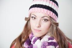 Flickan i hatten fryste och dricka varmt te Royaltyfri Foto