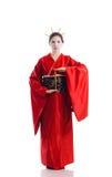 Flickan i infödd dräkt av den japanska geishaen Royaltyfri Foto