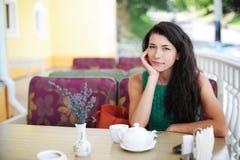 Flickan i kafé Arkivbilder