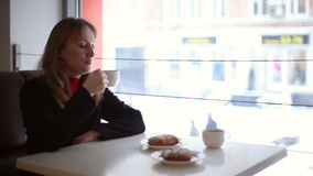Flickan i kafét som dricker te lager videofilmer