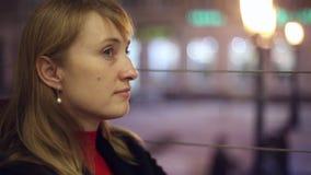 Flickan i kafét som dricker te stock video